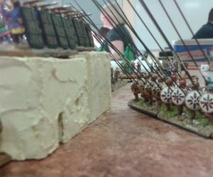 La Phalange donne la chasse aux Sparabaras planqués derrières les murs. Quand on arrive en ville...